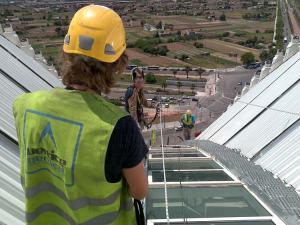 Una  instalacion de lineas de vida protege al trabajador